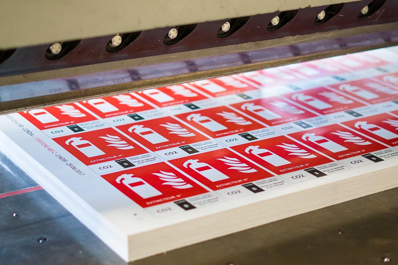Découpe et façonnage au massicot mécanique des supports imprimés en sérigraphie industrielle chez ASTI Sérigraphie